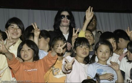 michael-jackson-visits-seibi-gakuen-childrens-home-in-tokyo-japan(261)-m-6