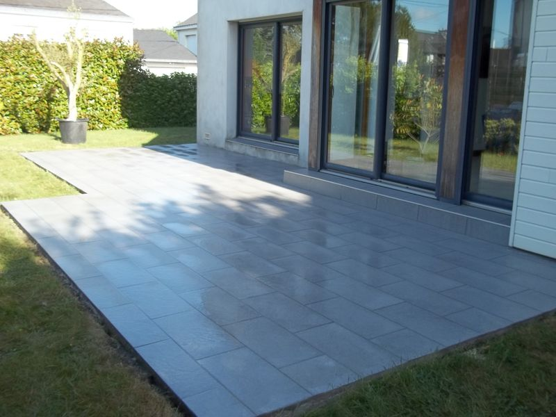 Pose d 39 un carrelage en pose d cal avec du carreaux en for Grand carrelage exterieur