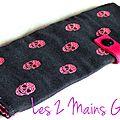 pochette à barrettes noire avec têtes de mort roses