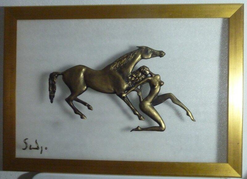 Bas-relief à patine dorée sur plaque de plexiglass transparent granité, 100 cm x 70 cm