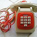 Téléphone a cadran orange et blanc