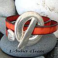 Rouge, en cuir strié, ce bracelet double tour original avec son gros fermoir toggle rond habillera votre poignet avec style ! ;-