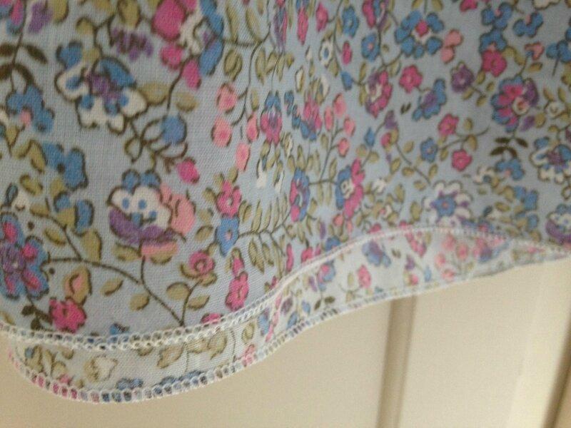 robe fond bleu fleurs liberty passepoil rose irise modele susanne 16A 4
