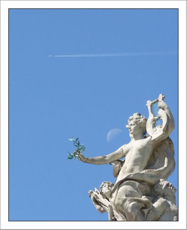 Paris statue avion lune 250511