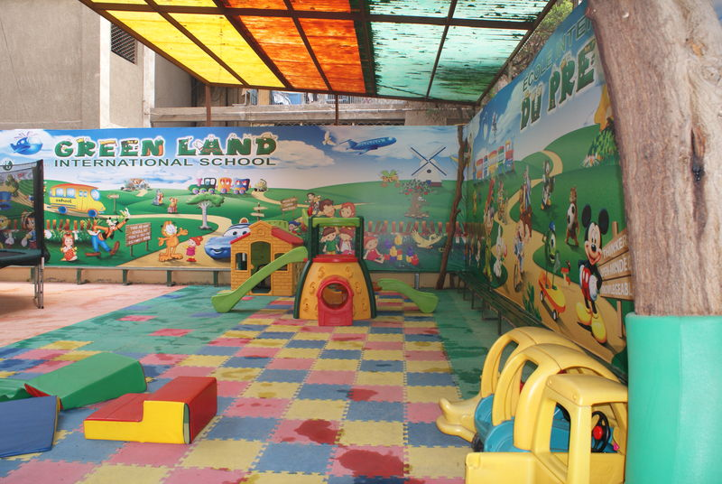 New look in the playground at the nursery nouveau d cor for Decoration jardin maternelle