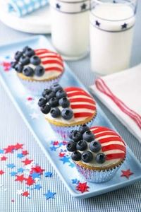 Berry_July_4th_table_and_cupcakes
