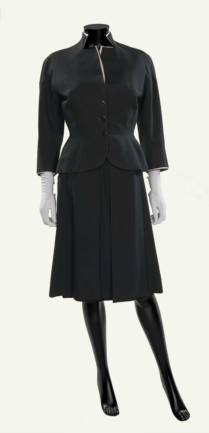 Jean DESSES Haute Couture n°7365, circa 1951. Tailleur en lainage noir