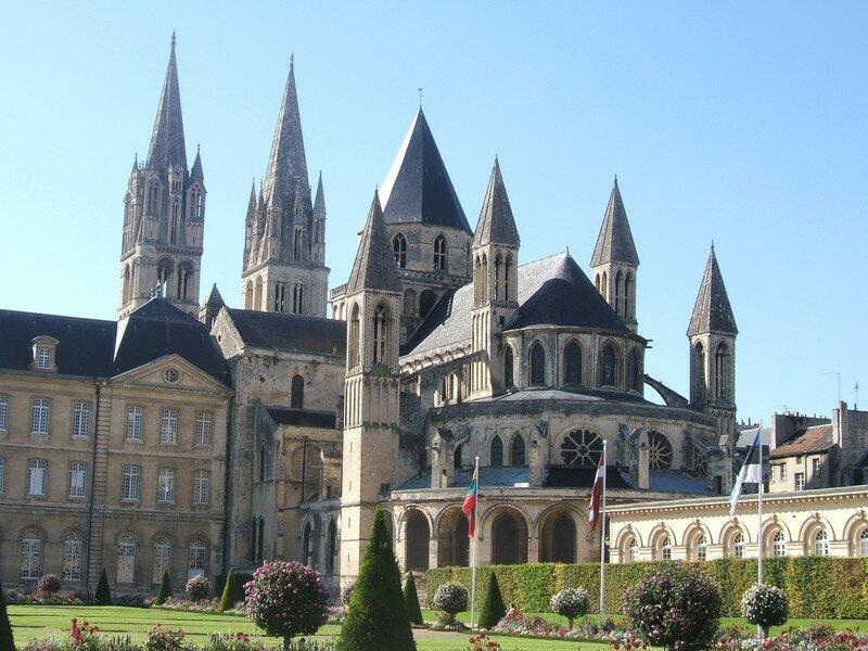 et voilà cette magnifique abbatiale qui jouxte la mairie de Caen.