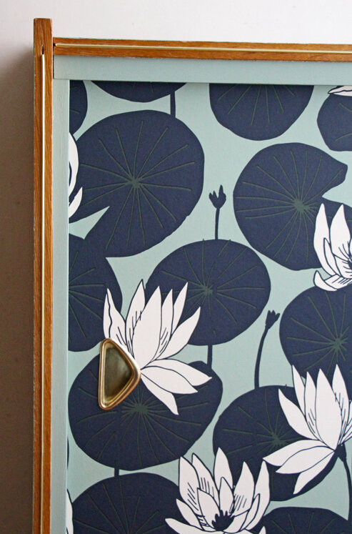 meuble-a-panneaux-coulissants-vintage-detail-papier