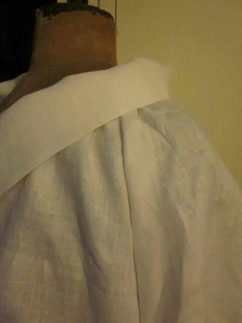 Veste BLANCHE en lin blanc portée sur une robe EUPHRASIE en lin gris anthracite et un jupon CLEMENTINE en lin blanc, avec une broche fleur EVELYNE en lin blanc - taille 56 (4)