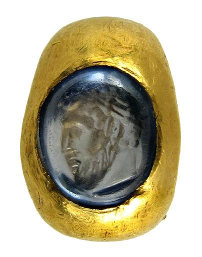 Bague romaine à intaille au profil dhomme barbu,