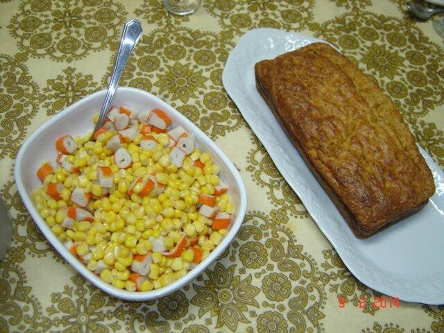 cake au thon et à la tomate et salade de maïs surimi