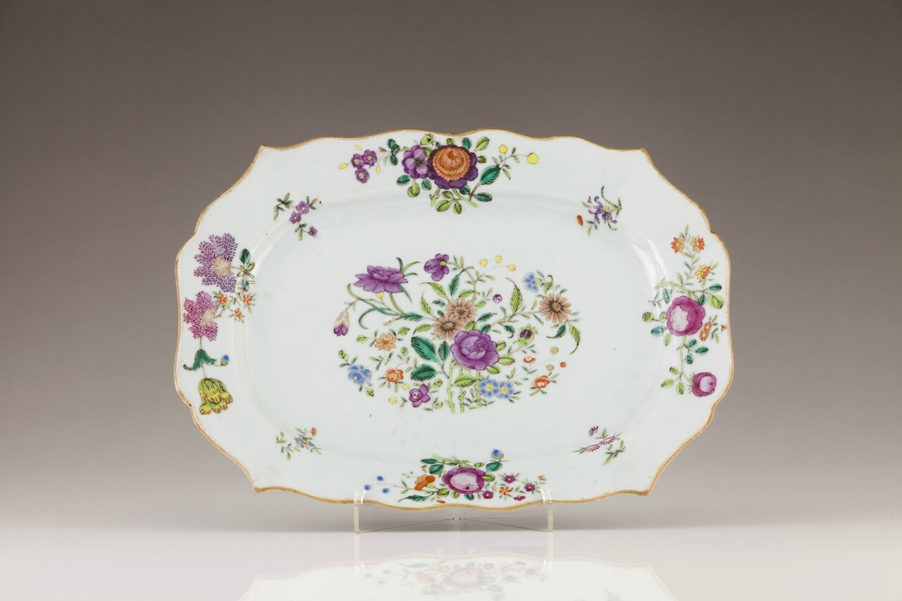 A Chinese export porcelain scalloped dish, Qianlong Period (1736-1795)