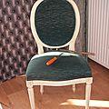 Une petite chaise médaillon