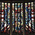 Les baies centrales de la verrière de Max Ingrand la Crucifxion et sa ceinture d'anges de couleur bleue