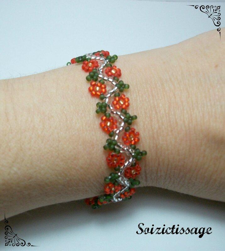 Bracelet enfant suite de roses porté