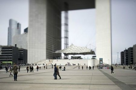 600979_la-grande-arche-dans-le-quartier-des-affaires-a-la-defense-a-paris