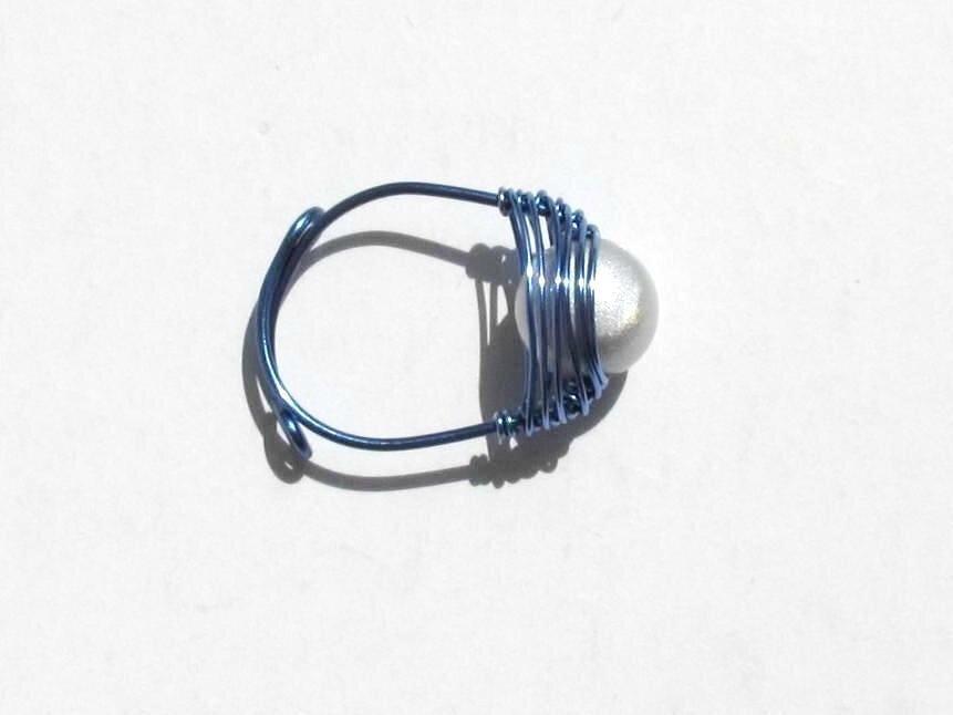 bague wire bleu perle blanche dessus