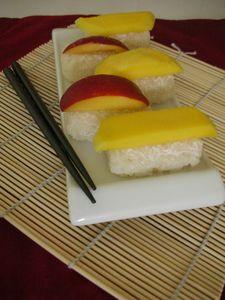 Riz_gluant_au_lait_de_coco_et___la_mangue__sushi_vue_transversale