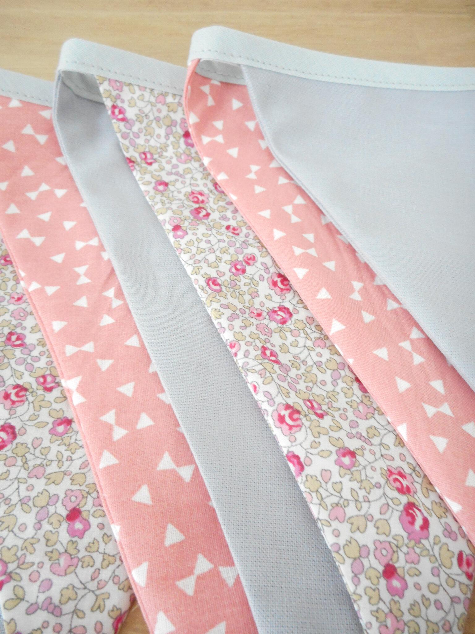 guirlande de 7 fanions tissu uni gris tissu liberty elo se rose imprim fleurs tissu rose. Black Bedroom Furniture Sets. Home Design Ideas