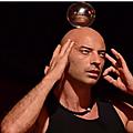 Magicien et possession en plein tour de magie
