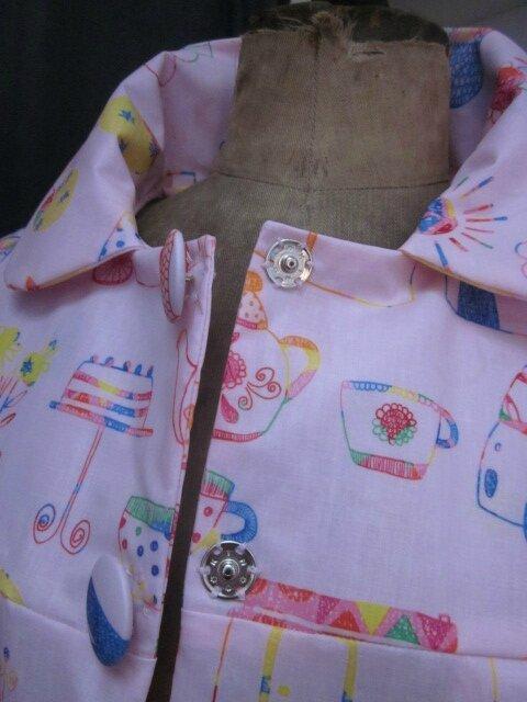 Ciré AGLAE en coton enduit rose imprimé dessins d'enfant fermé par 2 pression dissimulés sous 2 boutons recouverts (7)