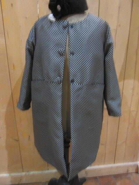 Manteau GISELE en toile polyester noir à pois beige - Doublure de satin noire - Fermé par 3 pressions dissimulés sous 3 gros boutons recouverts (3)