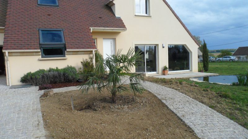 Amnagement devant de maison idee amenagement jardin for Idee amenagement paysager devant maison