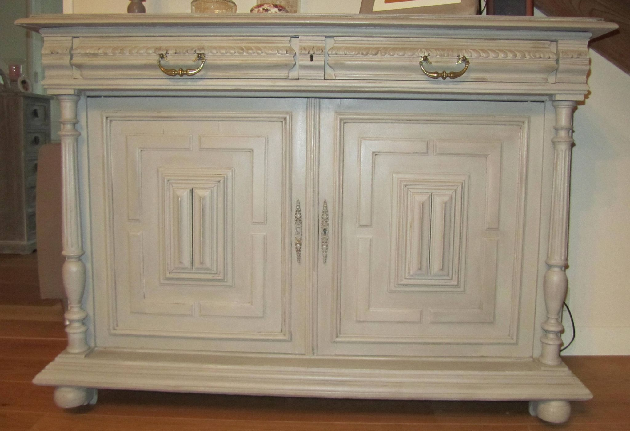 Patine taupe cire sur buffet bas 2 portes photo de deco for Patine sur meuble ancien