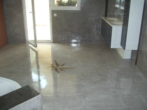 Sol de salle de bain en b ton cir et verni innov 39 beton for Dalle beton finition quartz
