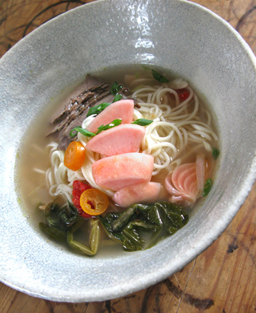 Nouilles dans un bouillon de boeuf et de kimchi navet