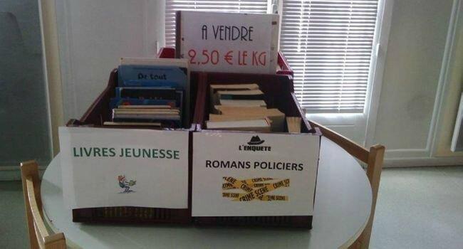 Des livres au poids à la bibliothèque