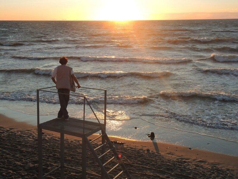 Jénorme regarde le coucher de soleil sur la Baltique à Zelenogradsk (Russie)