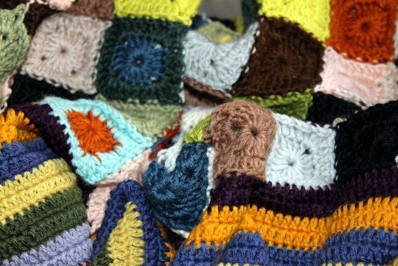 Couverture housse pour mon petit canap mamie jeannette for Housse pour jeannette