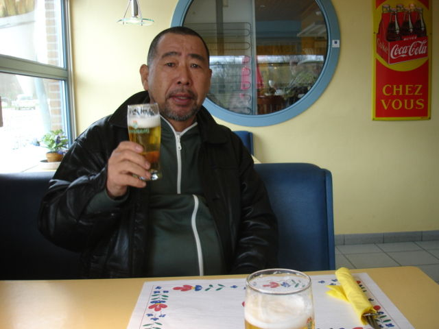 kan mikami and beer