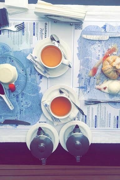 Petit thé accompagné de son apple strudel et de sa pana cotta