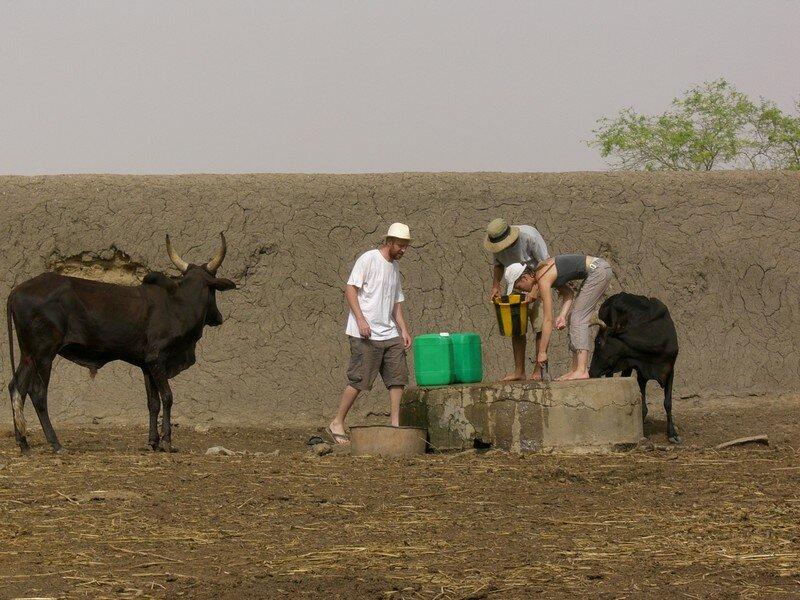 Le puisage de l'eau au puits du village