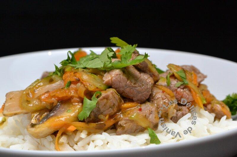 wok thai, légumes, boeuf, carotte, courgette, champignon