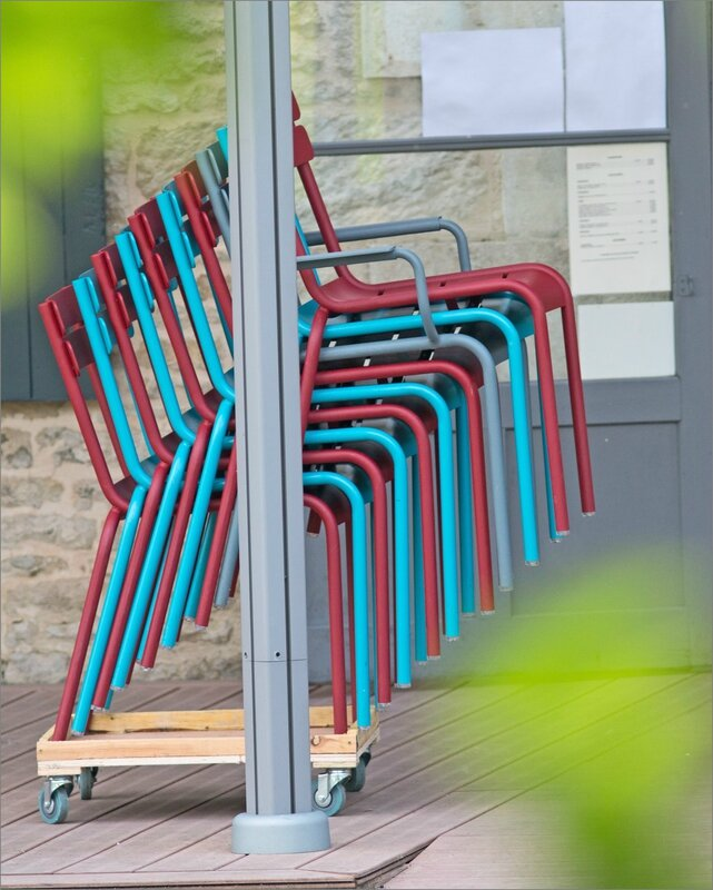 chaises empilees danse 230616