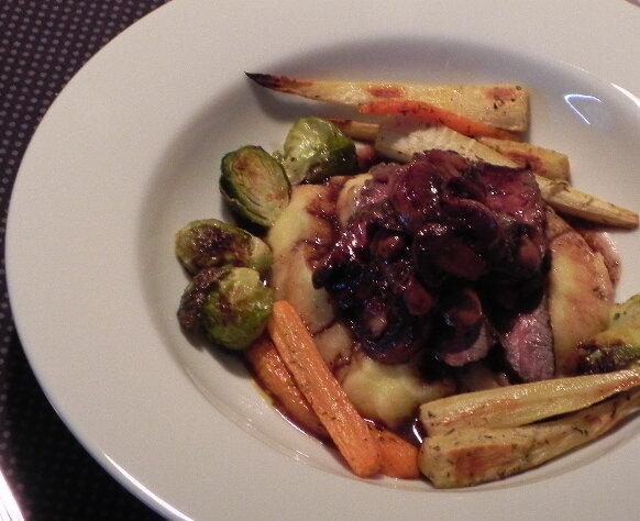 Bavette de boeuf marinée aux herbes de Provence, sauce aux champignons, polenta et légumes rôtis au four, sans gluten