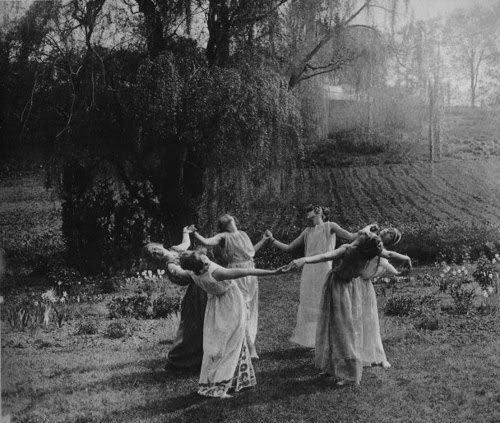 wp-content-uploads-2014-01-black-and-white-dance-nature-pegan-vintage-witches-favim-com-46861 (2)