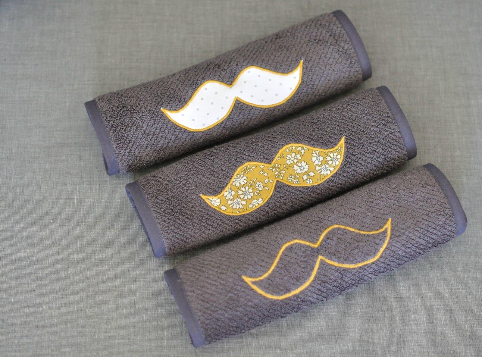bavoirs moustache
