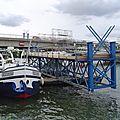 Déplacement par 7 fois d'une passerelle au pont de Sens ( Yonne ) .
