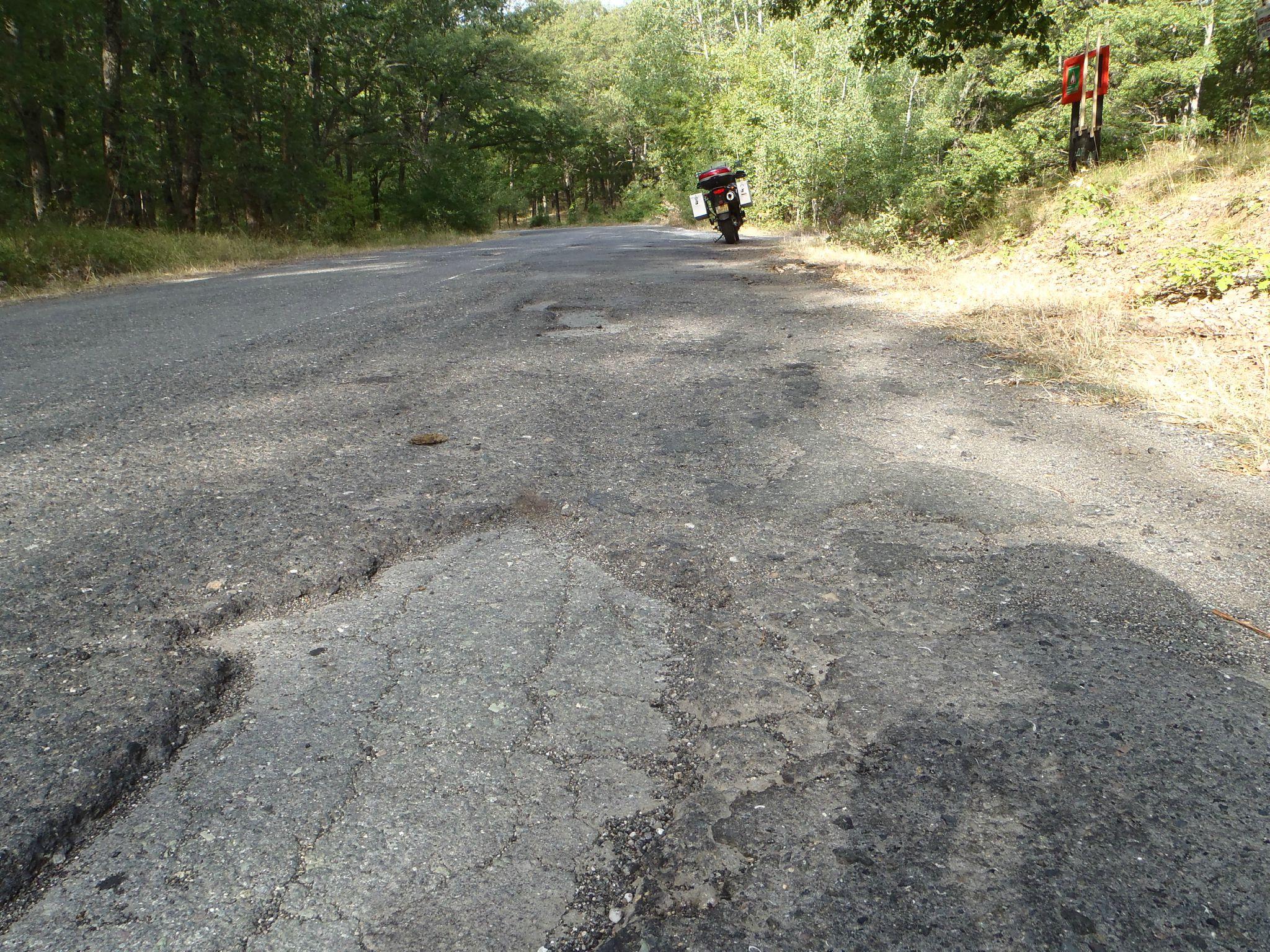 bulgarie - route légèrement abimée