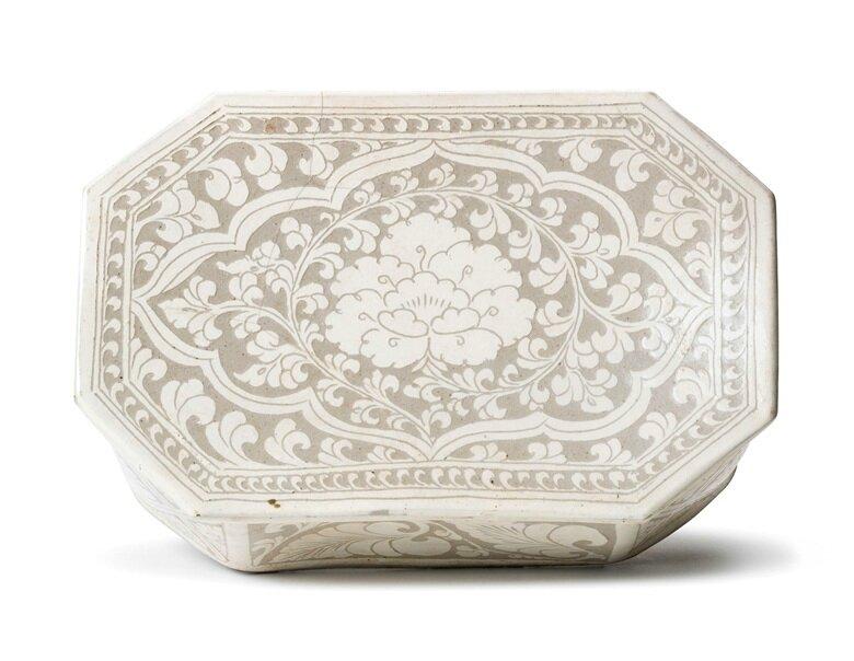 A Cizhou sgraffito 'Peony' octagonal pillow