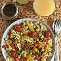 Salade tiède de farfale, pois chiches, poivron rôti, tomates confites aux herbes à l'huile
