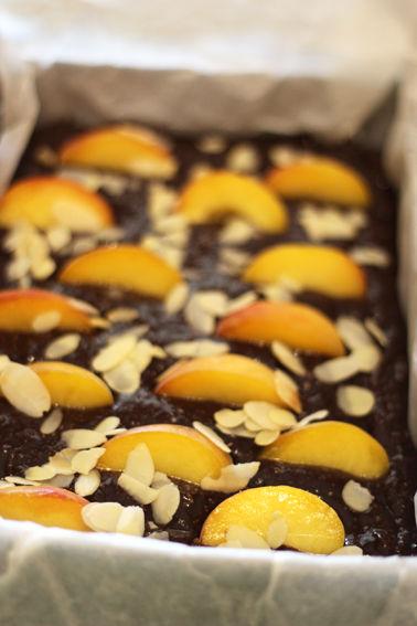 g_teau_moelleux_aux_amandes_p_ches_et_chocolat_1