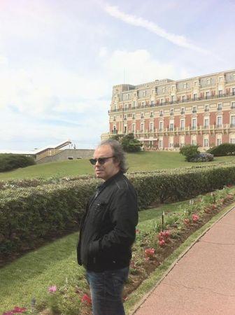 Devant l'Hötel du Palais, à Biarritz