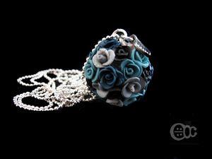 Sautoir boule roses camaïeu bleu pétrole et gris