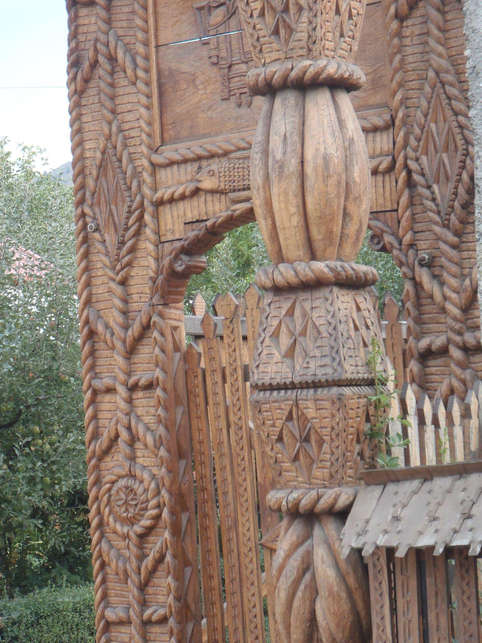 roumanie maramures portail bois sculpté details